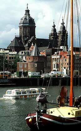 Вид с лотки на достопримечательности Амстердама